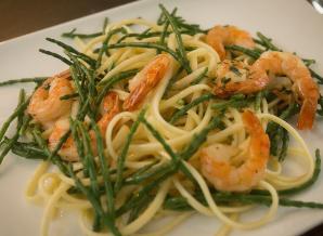 Lauwwarme salade pasta gemarineerde scampis en zeekraal